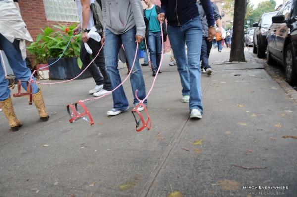 Plus de chien Invisible-dog-Brooklyn-improve-everywhere-3-600x398
