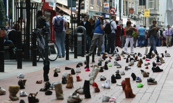 Dublin shoes publicis ambient marketing street chewing gum stuck alternatif 1