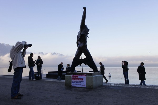 Freddy Mercury déculotté helvetas street ambient PR stunt marketing geneves montreux