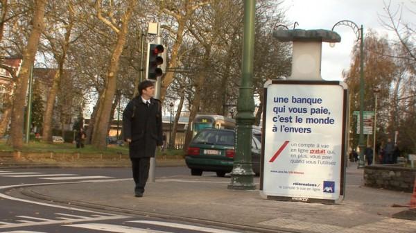 affichage alternatif outdoor JCDecaux Innovate belgique duval guillaume axa banque assurance envers retourné 1