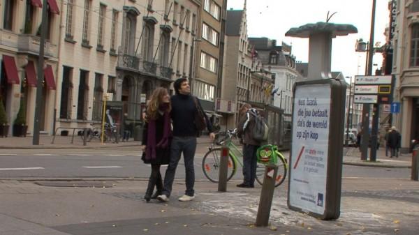 affichage alternatif outdoor JCDecaux Innovate belgique duval guillaume axa banque assurance envers retourné 2