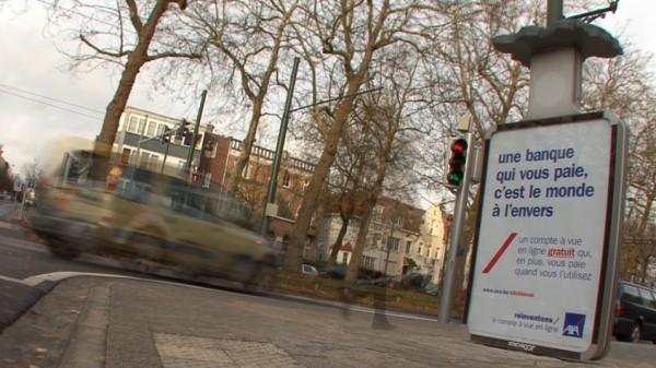 affichage alternatif outdoor JCDecaux Innovate belgique duval guillaume axa banque assurance envers retourné 3