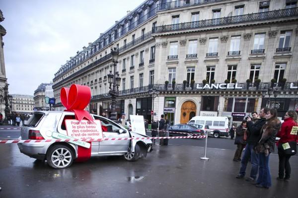 street marketing PR stunt rentrer en vie prévention routière securité accident voiture cadeau place bastille opéra nation événement 1