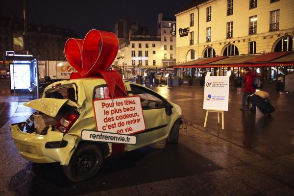 street marketing PR stunt rentrer en vie prévention routière securité accident voiture cadeau place bastille opéra nation événement 3