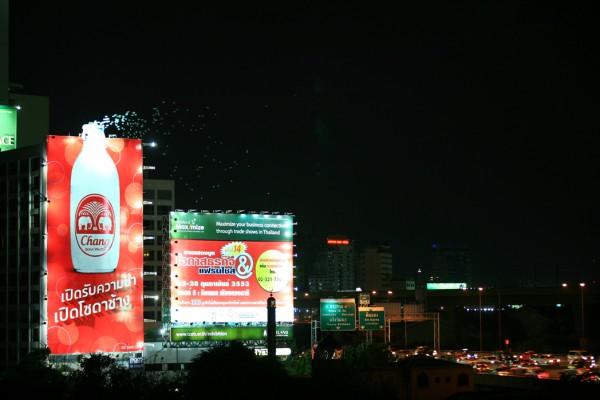 http://www.paper-plane.fr/wp-content/uploads/2010/05/billboard-outdoor-JEH-United-bangkok-chang-ballons-ball-helium-alternatif-marketing-1-600x400.jpg