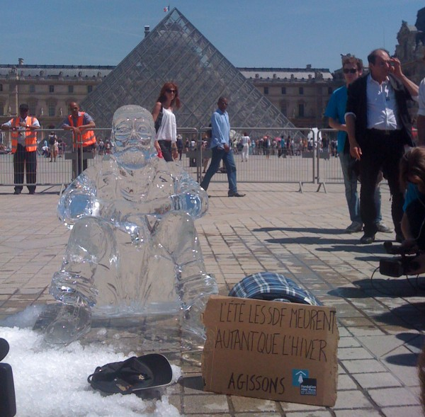 sdf glace ice pyramide louvre fondation abbée pierre bddp fils happening statue street marketing guerilla ambient
